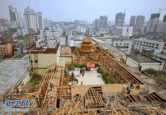"""南宁一大楼楼顶""""宫廷""""违建被强制拆除"""
