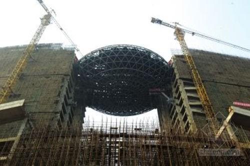 """破茧而出的鸟巢酒店资料下载-武汉巨型""""空中鸟巢""""建筑 支撑在两栋楼间"""