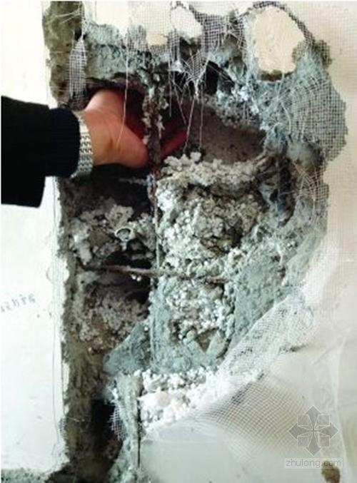 扬州一新房装修  承重墙内现大量泡沫