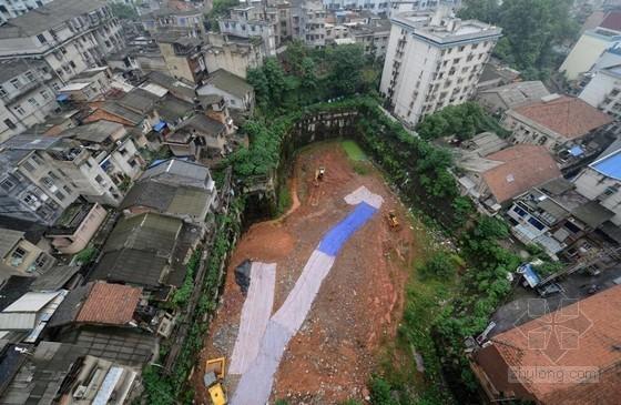 """长沙天心区长坡社区资料下载-长沙现2000平米""""天坑"""" 周边20余居民楼现裂缝"""