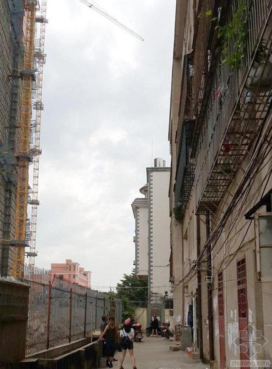 塔吊住宅区施工致钢筋高空坠落 居民惶恐