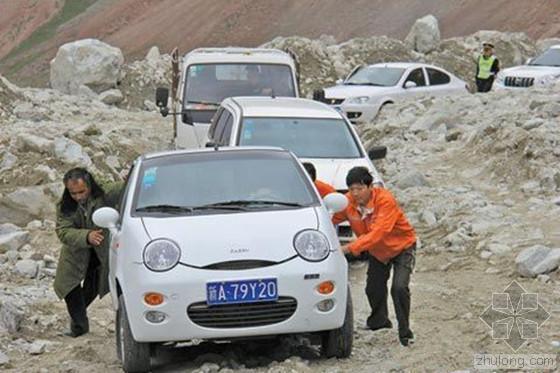 新疆独库公路遭遇30年来最大泥石流
