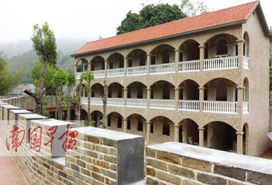 """广西农民耗资千万自建乡村版""""长城"""" 供游客免费参观"""