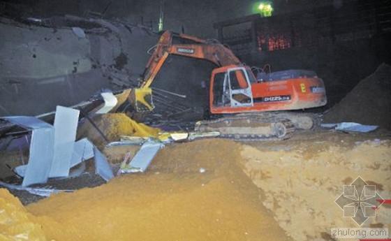 工地基坑深夜塌方宿舍连带掉进10米深坑