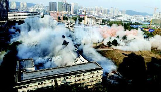 10秒八栋楼房应声倒塌 江城再现短命建筑