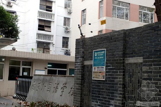 """南京学校围墙惊现""""高压电网"""" 学生安全谁来负责?"""