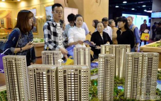 2014年10月24日,在浙江省第21届房地产博览会上,参观者在观看沙盘