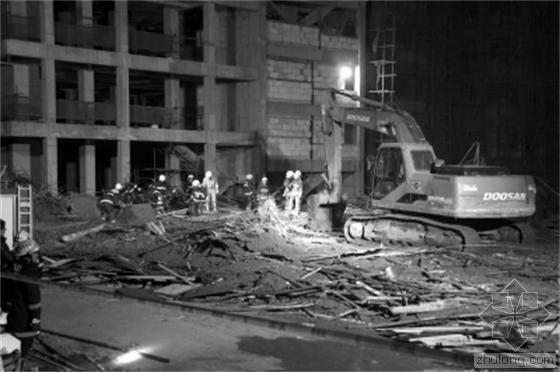河南信阳一在建楼房坍塌,事发现场一片狼藉。