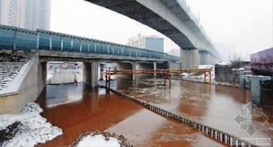 供水管线爆裂致地面拱起半米喷3米水柱 半个城瘫痪