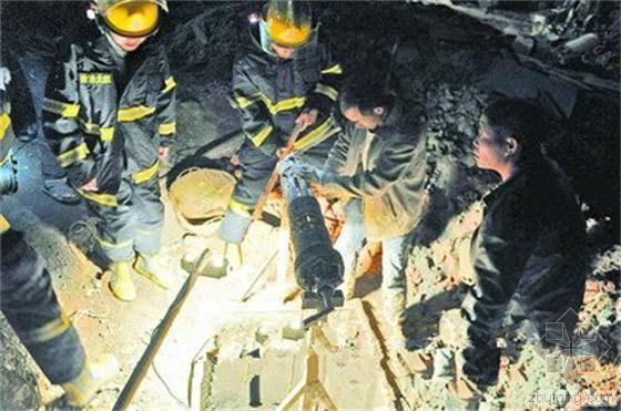 消防员勘查现场,发现救援难度不小,所幸被困工人头部没有被埋。