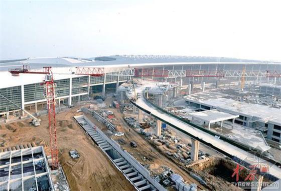 郑州机场T2航站楼装金属面巨大玻璃幕墙