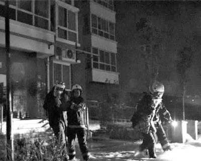 郑州一地下室起火浓烟蹿20楼 居民戴防毒面具逃出