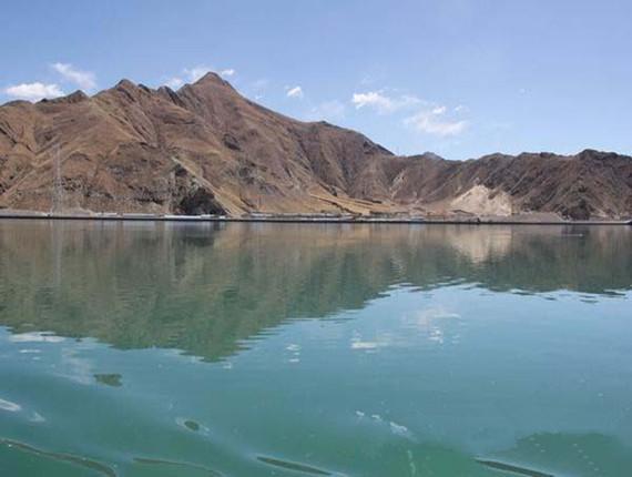 蓝天、白云、远山倒影在湖水中