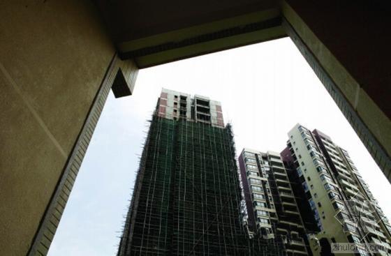 22层的违章建筑与楼盘近在咫尺