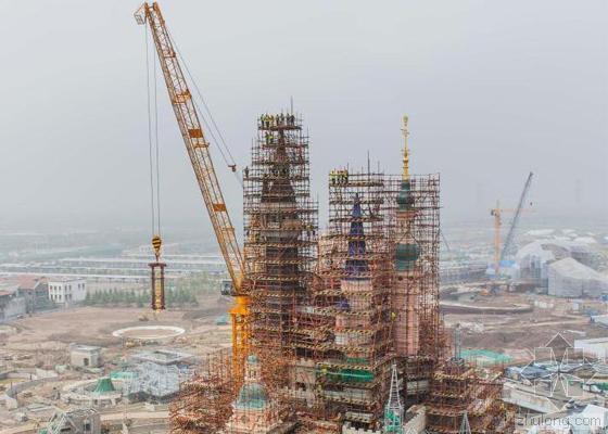 空中绽放的的金牡丹 上海迪士尼乐园奇幻童话城堡封顶
