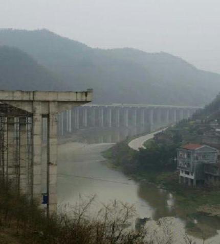 尚未完工的常安高速伊水河特大桥