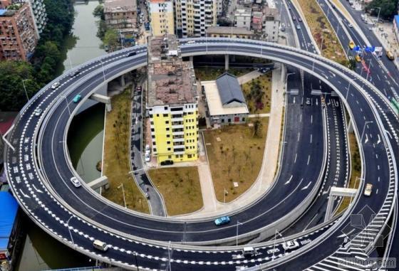 """8层小楼被""""立交圈""""360度包围 整栋楼只住一家人"""