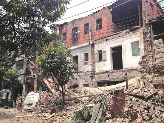市区中山路3座骑楼轰然倒塌 幸未有人受伤