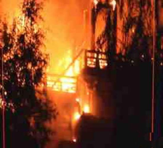 西安大明宫仿古建筑着火 火光数公里外可见