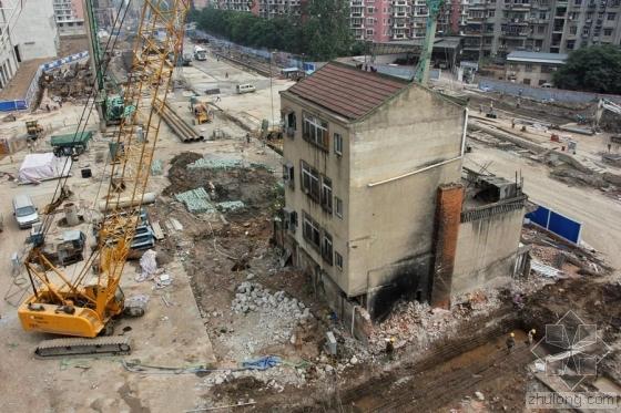 武汉一地铁站施工遇拦路钉子户