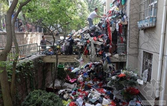 青岛一老人常年囤废品 垃圾堆上二层楼堵死楼道