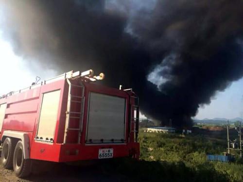 德安消防等部门在处置火情