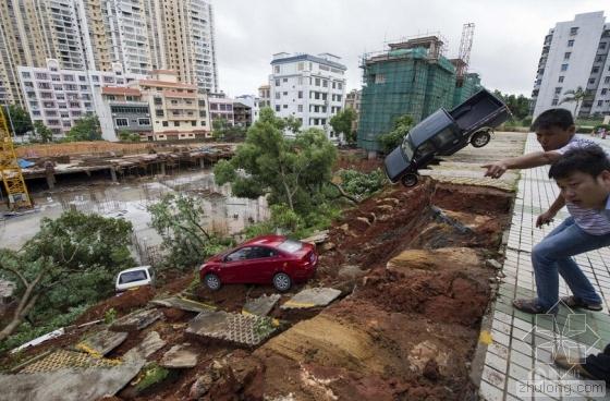 海口一停车场发生塌方 车辆落入数米高坑内