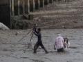 泰国建筑工人趴泥地救人 获赞英雄