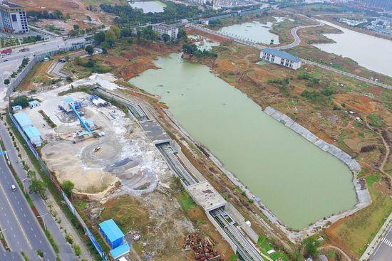 黄金地块闲置5年竟成菜地 建筑基坑变泳池