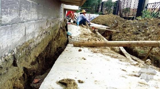 南宁一小区附近地面因路面施工挖管槽塌陷