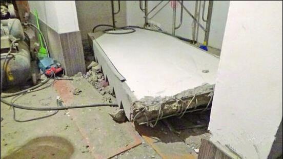 无锡一工地楼梯坍塌 两人被整块楼梯板压住