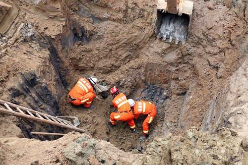 石头房翻建施工现场土方塌方 一人被埋