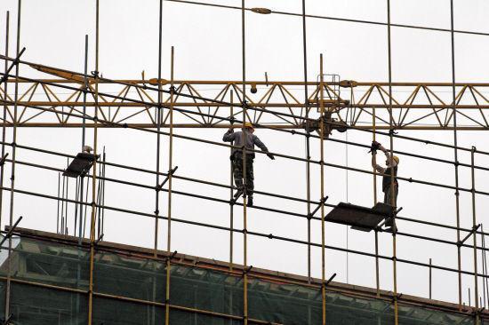 活少工资低 东莞三成建筑工提前返乡