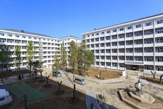 北大宿舍楼墙体手指可戳洞 学生戏称一阳指训练基地