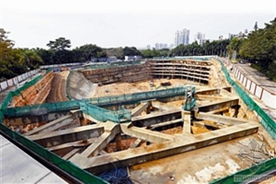 深圳深基坑占地一万平方米 致人行道开裂