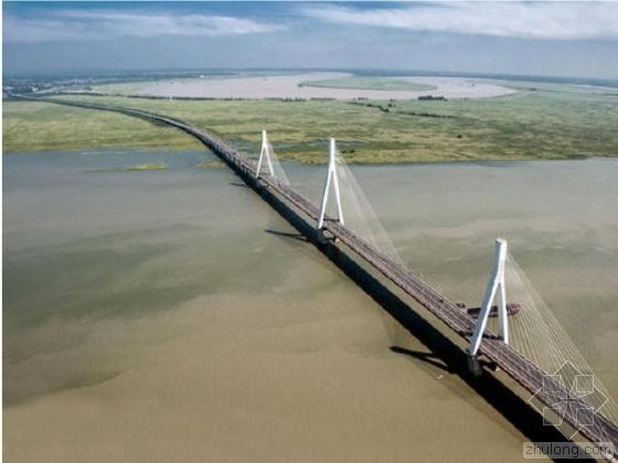 世界最大跨度铁路斜拉桥洞庭湖大桥154米高墩封顶