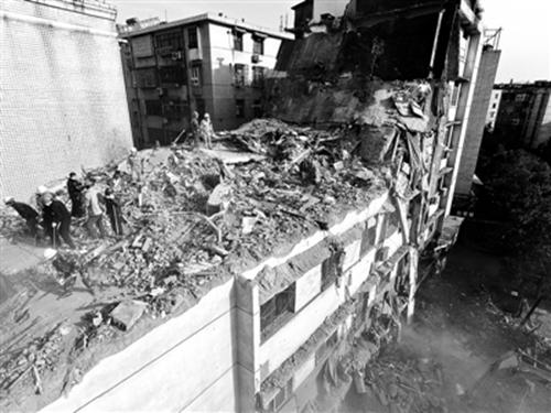 """萍乡老楼坍塌谁之过?政府部门调查称坍塌由于""""野蛮装修""""造成-2016年2月26日,江西萍乡安源区一栋老楼发生坍塌,共造成6人死亡1人受伤"""