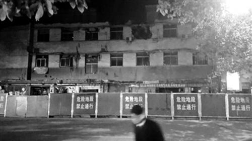 """萍乡老楼坍塌谁之过?政府部门调查称坍塌由于""""野蛮装修""""造成-事故发生后,老楼周围已圈起围挡"""