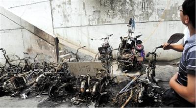 小区私扯电线充电引起大火 20多辆车烧成铁架