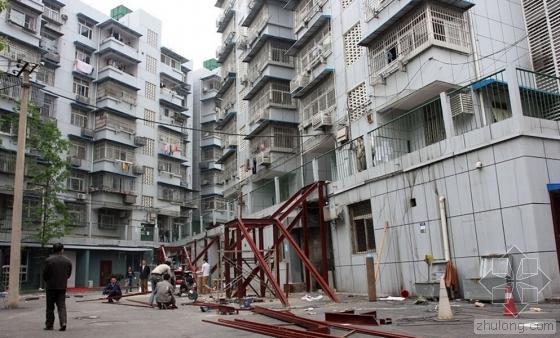 南京一小区民居装修砸墙 致整栋楼房倾斜开裂