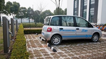 如何解决电动汽车充电难?建立广覆盖停车位慢充网络
