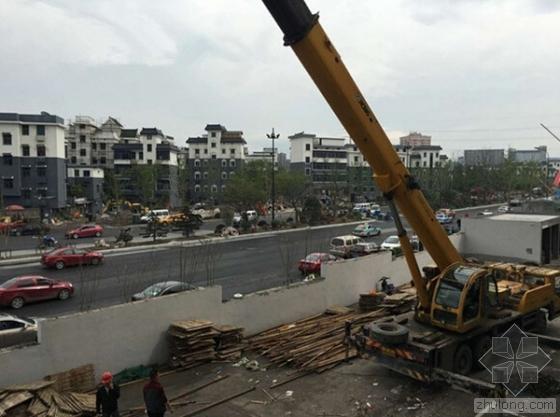 杭州汽配城外立面装修脚手架倒塌 两名工人受伤