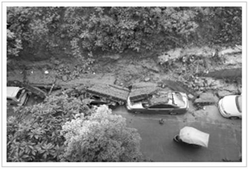 老旧围墙倒塌砸坏9辆车 附近水厂施工方承诺赔偿
