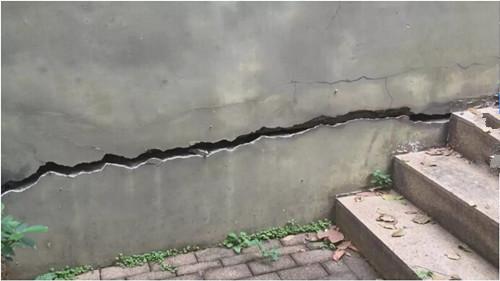 各种裂痕在墙体,地表上边蔓延