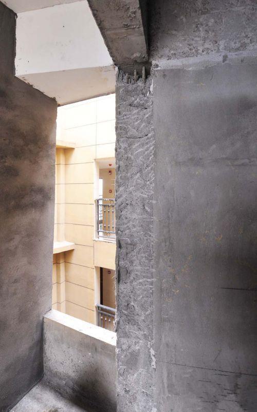 香开新城3区26号楼2402单元,一处墙面上钢筋外露
