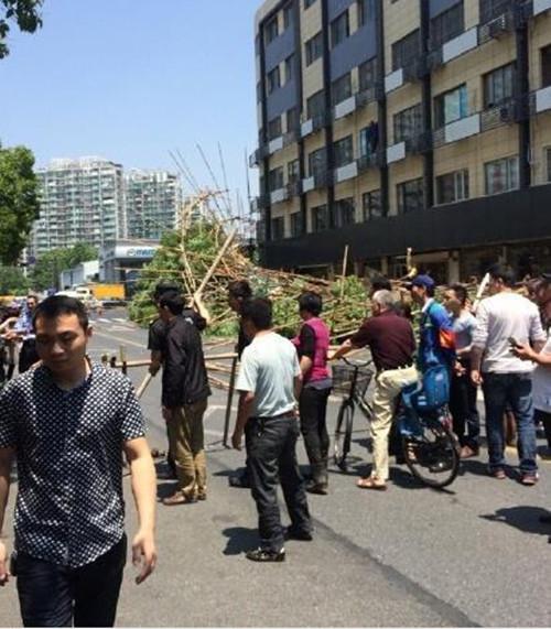 杭州外立面脚手架倒塌 一工人和一路人受伤
