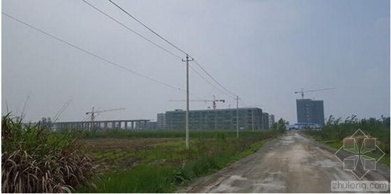 一条土路通往仍在建设之中的武穴中学新校区
