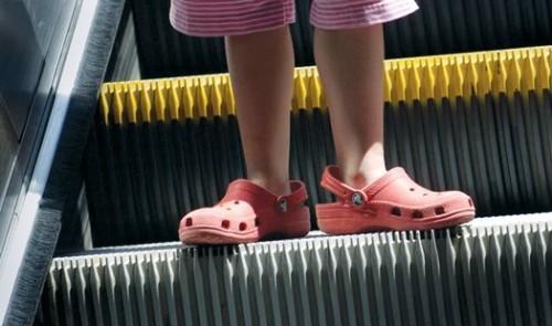 电扶梯咬住老人腿 4厘米的缝隙就能吞噬一条腿