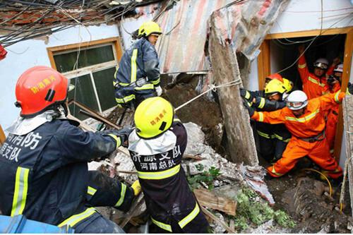 河南商户楼顶发生坍塌事故 2人受伤1人死亡