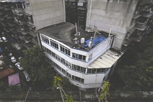 暴雨过后 成都一社区办公楼屋顶塌陷